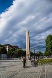Turister går vid den egyptiska obelisken Royaltyfri Foto