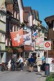 Turister går vid gatan i Appenzell, Schweiz Royaltyfria Foton