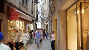 Turister går vidare shoppar fönster och klockasouvenir lager videofilmer