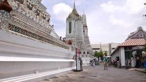 Turister gör bilder av att göra den berömda Wat Arun templet, Bangkok stock video