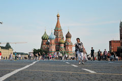 Turister går på den röda fyrkanten i Moskva Royaltyfri Fotografi