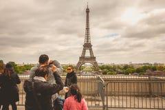 Turister håller ögonen på och fotograferar Eiffelen Towe Royaltyfri Bild