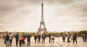 Turister håller ögonen på och fotograferar Eiffelen Towe Royaltyfri Foto