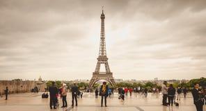 Turister håller ögonen på och fotograferar Eiffelen Towe Fotografering för Bildbyråer