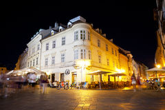 Turister har en vila i aftonen i kafé och restauranger Royaltyfri Bild