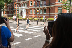 Turister i Abbey Road. Royaltyfri Bild