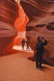 Turister i antilopkanjon Fotografering för Bildbyråer
