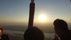 Turister i ballong för varm luft som flyger över Luxor på soluppgång stock video