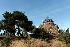 Turister i Barcelona i parkera Guell på kors för Calvary tre Royaltyfria Bilder