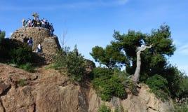 Turister i Barcelona i parkera Guell på kors för Calvary tre Royaltyfria Foton