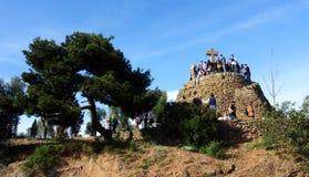Turister i Barcelona i parkera Guell på kors för Calvary tre Fotografering för Bildbyråer