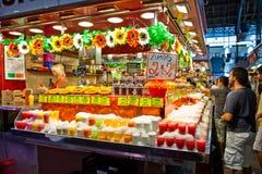 Turister i berömd La Boqueria marknadsför Royaltyfria Bilder