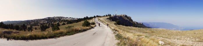 Turister i bergen Arkivbild