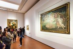 Turister i Botticelli rum av det Uffizi gallerit Arkivfoton