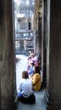 Turister i Cambodja tempel arkivbild