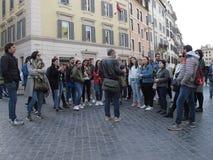 Turister i centret av Rome royaltyfri bild