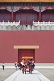 Turister i cirkuleringsbilen på Hengdian världsstudior, Kina Royaltyfria Foton