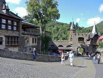 Turister i Cochem den imperialistiska slotten, Tyskland Arkivbilder