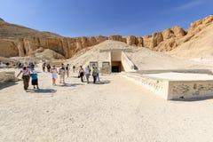 Turister i dalen av konungar nära Luxor egypt Arkivbilder