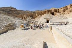 Turister i dalen av konungar nära Luxor egypt Royaltyfri Bild