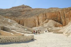 Turister i dalen av konungar nära Luxor egypt Royaltyfri Foto