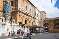 Turister i den Cortile dellaen Pigna av Vaticanenmuseer Royaltyfria Foton