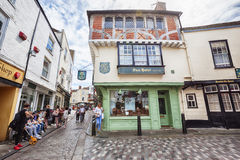 Turister i den gamla staden av Canterbury, UK, 13 juli 2016 Royaltyfria Bilder