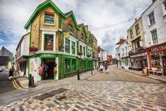 Turister i den gamla staden av Canterbury, UK, 13 juli 2016 Arkivfoto