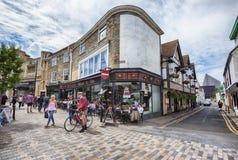 Turister i den gamla staden av Canterbury, UK, 13 juli 2016 Arkivfoton