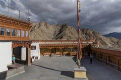 Turister i den Hemis kloster Arkivbild