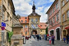 Turister i den historiska gamla staden av den Bamberg Tyskland, bro över floden Regnitz och gammalt stadshus arkivbilder