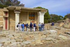 Turister i den Knossos slotten, Kreta Royaltyfria Foton