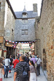 Turister i den Mont Saint-Michel abbotskloster Fotografering för Bildbyråer