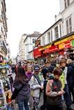 Turister i den Montmartre gatan, Paris, Frankrike Royaltyfri Fotografi