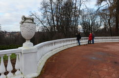 Turister i den statliga historiska Museum-reserven & x22en; Gorki Leninskie& x22; Fotografering för Bildbyråer