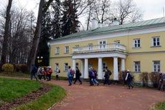 Turister i den statliga historiska Museum-reserven & x22en; Gorki Leninskie& x22; Arkivfoton