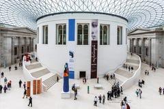 Turister i den stora domstolen av British Museum London Engla Royaltyfri Foto