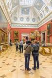 Turister i den stora italienska takfönstret Hall av det statliga eremitboningmuseet petersburg saint Ryssland royaltyfria foton