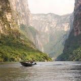 Turister i den Sumidero kanjonen Chiapas, Mexico royaltyfri bild