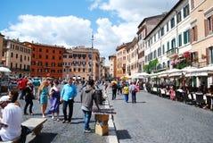 Turister i det Rome stadsNavona stället på Maj 29, 2014 Arkivbilder