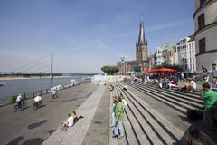 Turister i Dusseldorf royaltyfri bild