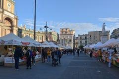 Turister i en mat- och drinkmarknad i Naples royaltyfria bilder