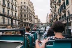 Turister i en turist- buss på en sight att turnera i Barcelone fotografering för bildbyråer