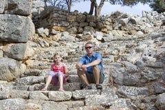 Turister i fördärvar av den forntida staden av Lato Royaltyfria Bilder