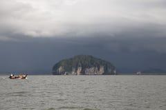 Turister i fartyg för lång svans kommer att besöka den guld- skalan Dragon Spi Arkivbild