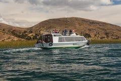 Turister i fartyget, Titicaca sjö, Peru Royaltyfri Foto