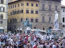 Turister i Florence på den Piaza dellasignoraen Arkivfoto