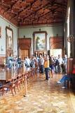 Turister i formell matsal i den Vorontsov slotten Royaltyfri Fotografi