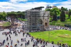 Turister i fyrkant nära den triumf- bågen av Constantine rome Arkivfoton
