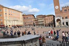 Turister i fyrkanten av Siena italy royaltyfri bild